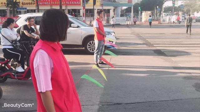「文明出行」一条彩色丝带拉起马路安全生命线